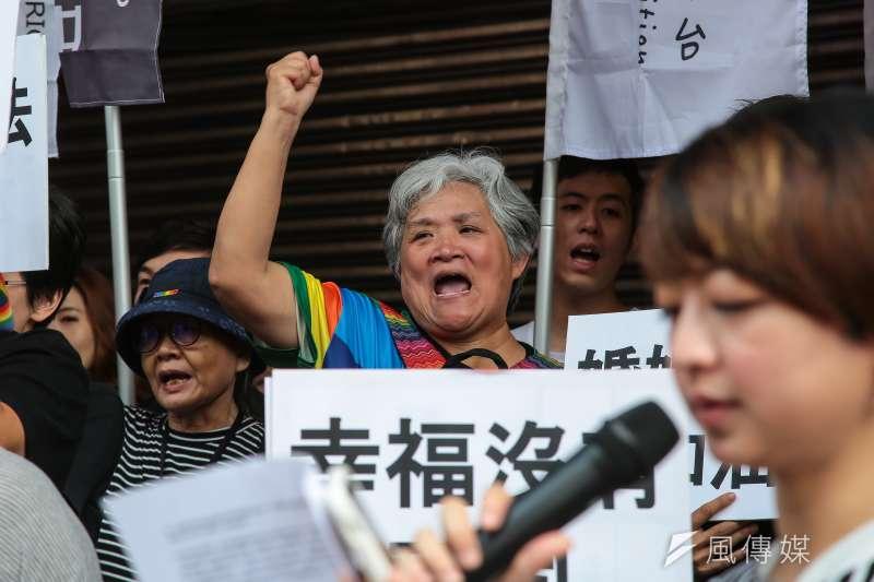婚姻平權大平台表示,明天在立院的同婚專法表決,對於台灣社會、台灣的同志社群和民主體制來說至關緊要。圖為挺同人士與婚姻平權大平台召開記者會,呼籲立院儘速通過行政院版同婚法案。(資料照,顏麟宇攝)