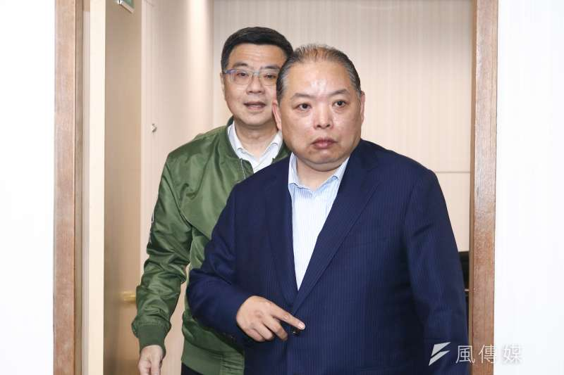 國策顧問黃承國(前)與民進黨主席卓榮泰(後)曾討論過卓親征北市立委選舉的可行性。(資料照,蔡親傑攝)
