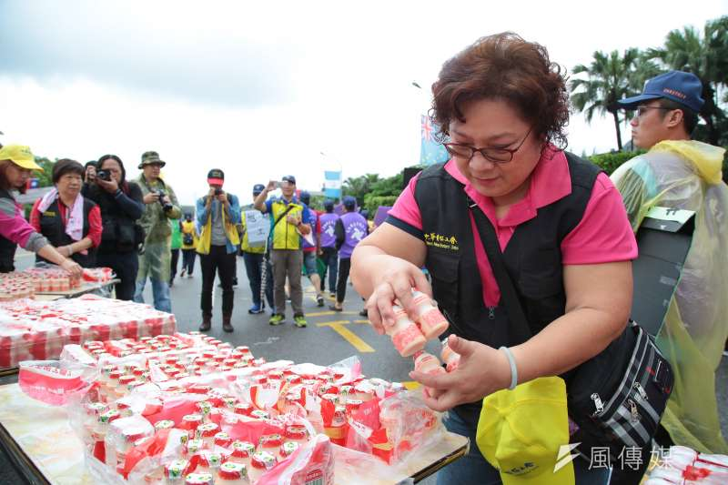 20190501-2019五一勞工大遊行,中華電信工會於終點準備養樂多給參與遊行民眾。(顏麟宇攝)