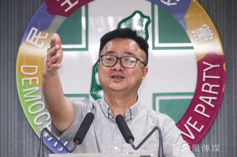 20190501-民進黨秘書長羅文嘉於民進黨中常會結束後說明開會結果。(蔡親傑攝)