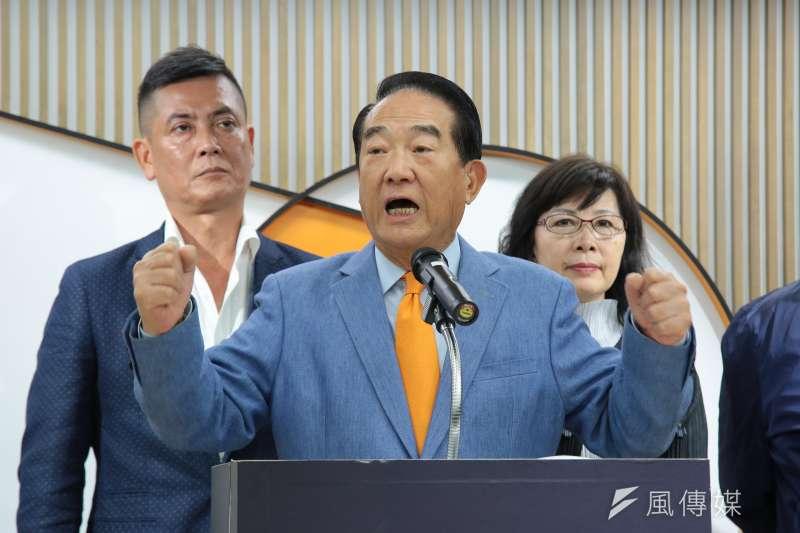 針對遭《新華網》報導指贊同「一國兩制」,親民黨主席宋楚瑜2日召開記者會,表示自己從未說過「一國兩制」這4個字,並在記者會中宣布辭去總統資政一職。(顏麟宇攝)