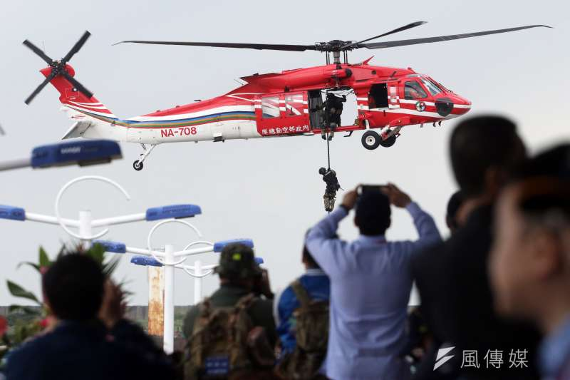 2019年5月4日,總統蔡英文出席金華暨海安十號演習,維安特勤隊人員自黑鷹直升機實施快速繩降(蘇仲泓攝)