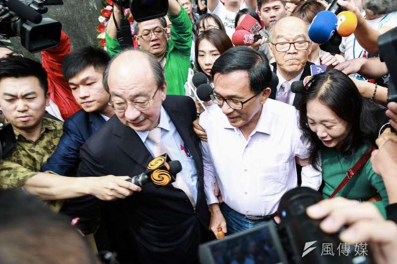 前總統陳水扁(右二)與民進黨團總召柯建銘(左三)出席《堅持—陳水扁口述歷史回憶錄》新書發表會。(簡必丞攝)