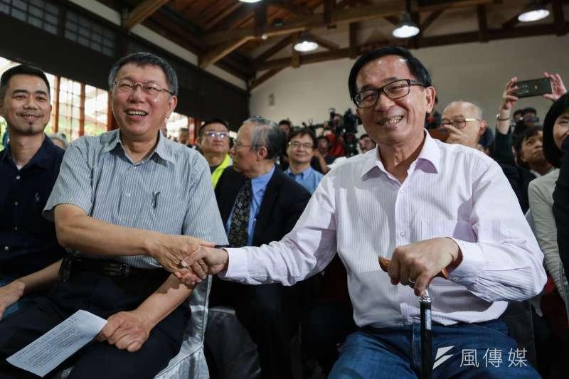 台北市長柯文哲(左)與前總統陳水扁(右)5日出席《堅持—陳水扁口述歷史回憶錄》新書發表會。(簡必丞攝)