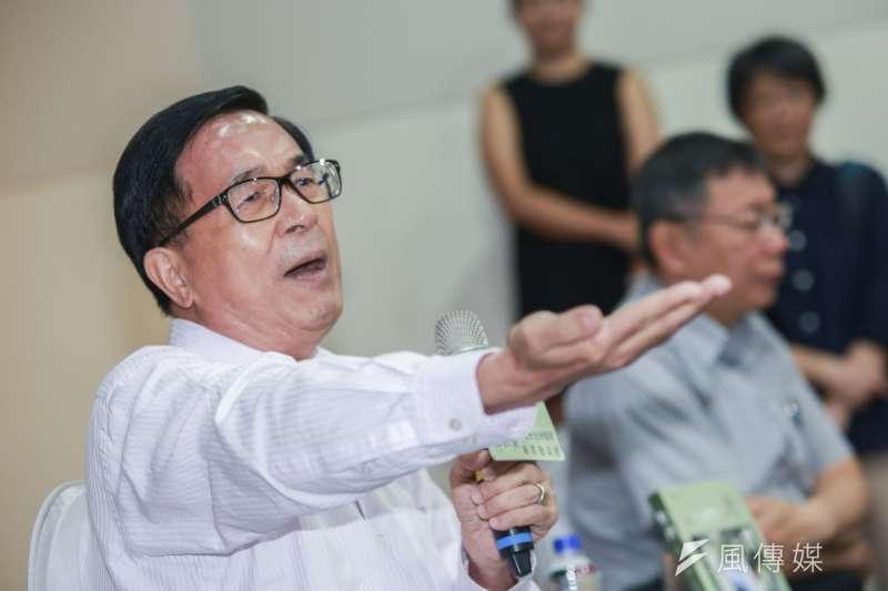 前總統陳水扁(左)正式向高雄市長韓國瑜下戰帖,公開辯論他「貪在哪裡?污在哪裡?」圖為陳水扁6日出席新書發表會。(資料照,簡必丞攝)