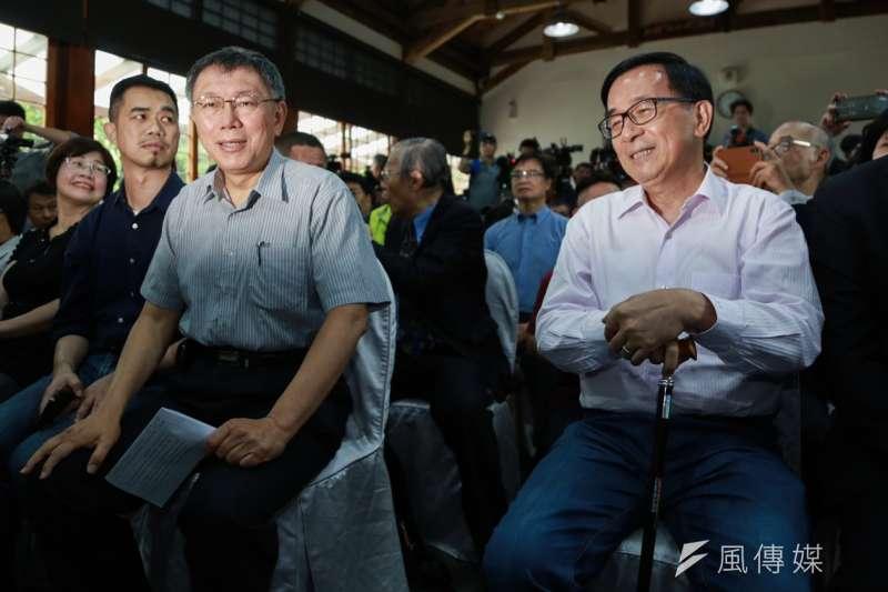 台北市長柯文哲(左)、前總統陳水扁(右)出席《堅持—陳水扁口述歷史回憶錄》新書發表會。(簡必丞攝)