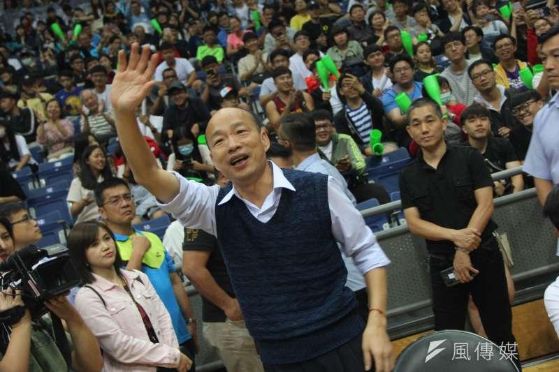 高雄市長韓國瑜為總冠軍賽首戰開球。 (溫振甫攝)