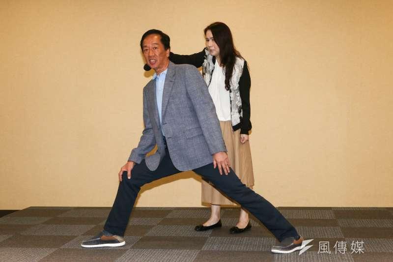 鴻海董事長郭台銘在6日的「美國行返台記者會」上,以經濟和政治兩條腿走路來比喻社會前進,他7日再於臉書發文強調「雙腿論」。(資料照,蔡親傑攝)