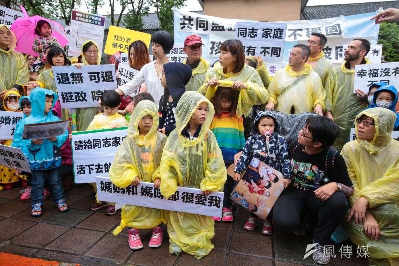 盼立委們能夠支持婚姻平權政院版專法,台灣同志家庭權益促進會8日由40個育有孩子的同志家庭齊聚立法院外陳情。(顏麟宇攝)