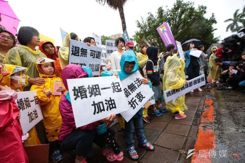 20190508-台灣同志家庭權益促進會8日帶著他們的孩子,到立院前召開「同志家庭沒有不同,退無可退挺政院版」記者會。(顏麟宇攝)