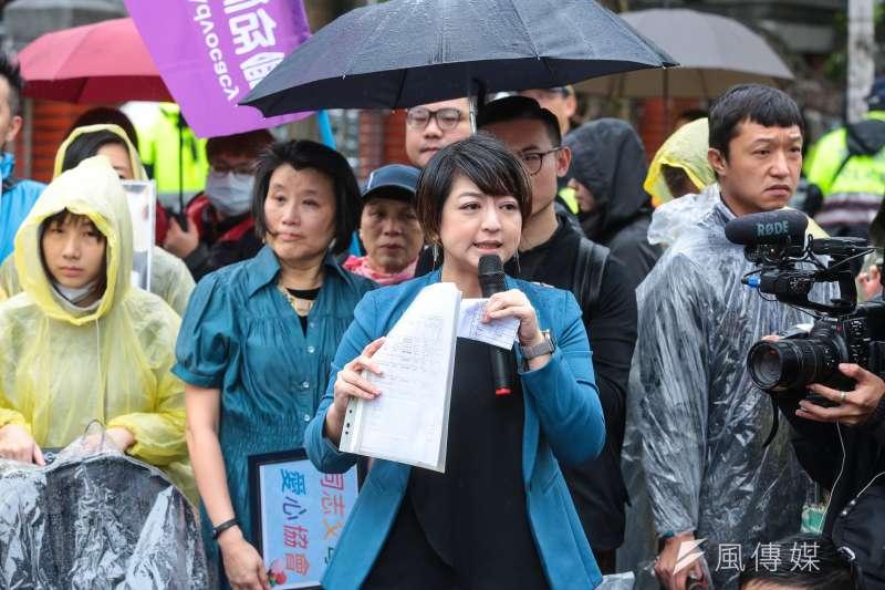 20190508-婚姻平權大平台總召集人呂欣潔與台灣同志家庭權益促進會8日帶著他們的孩子,到立院前召開「同志家庭沒有不同,退無可退挺政院版」記者會。(顏麟宇攝)