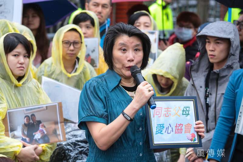 20190508-同志父母愛心協會召集人郭媽媽與台灣同志家庭權益促進會8日帶著他們的孩子,到立院前召開「同志家庭沒有不同,退無可退挺政院版」記者會。(顏麟宇攝)