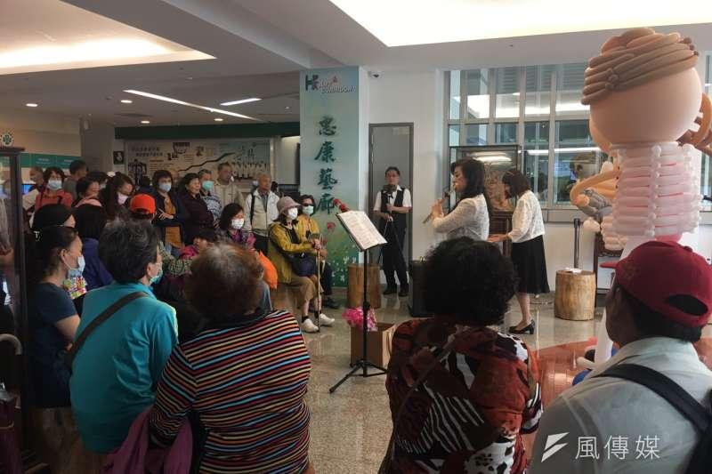 台中榮總醫院惠康藝廊每星期都有音樂展演,吸引到院看診的民眾駐足聆賞。(圖/記者王秀禾攝)