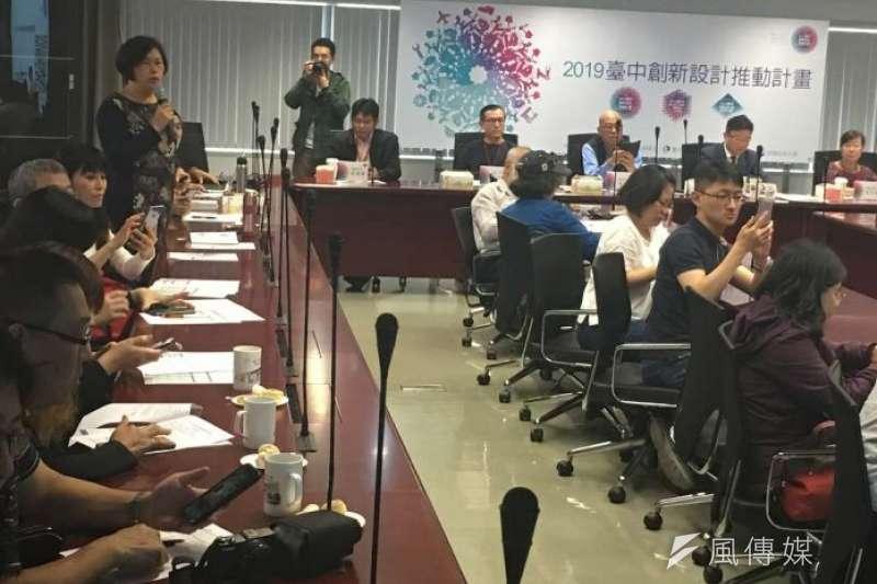 承辦「2019台中創新設計競賽」朝陽科技大學代表說明徵件活動相關內容。(圖/王秀禾攝)