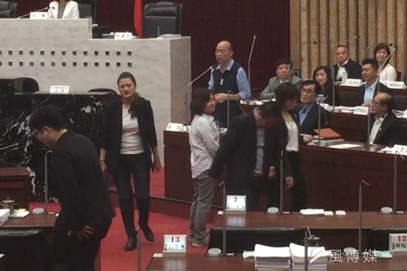 高雄市長韓國瑜最後答詢時,民進黨籍議員全體當場離席,讓場面相當尷尬。(圖/徐炳文攝)