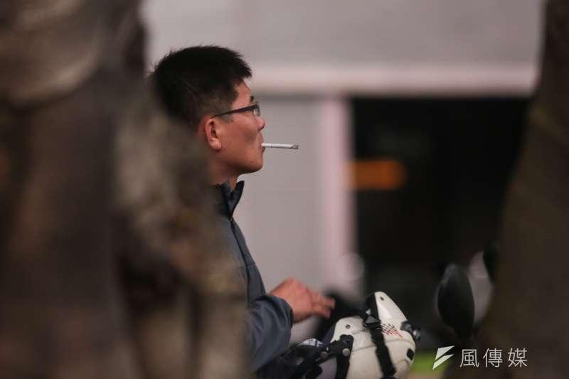 20190508-風數據吸菸專題,機車騎士吸菸。(顏麟宇攝)【吸菸有害健康】