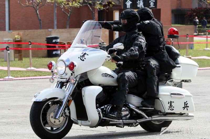 20190511-憲兵特勤隊操演時常運用警備車、重型機車等機動載具,展現動對靜的射擊能量。(蘇仲泓攝)