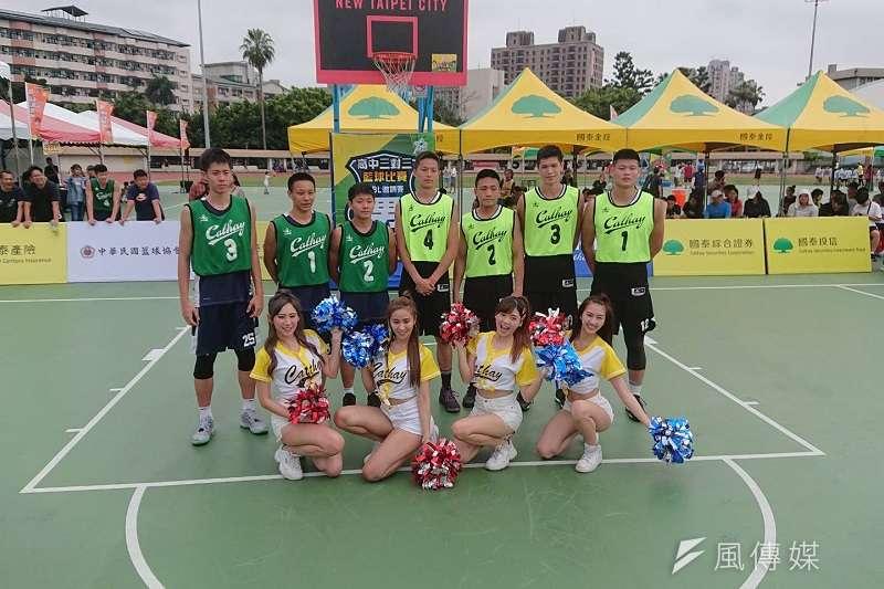 南湖高中(深綠球衣)在國泰青年節三對三邀請賽擊敗泰山高中,奪下男子組冠軍。 (金茂勛攝)