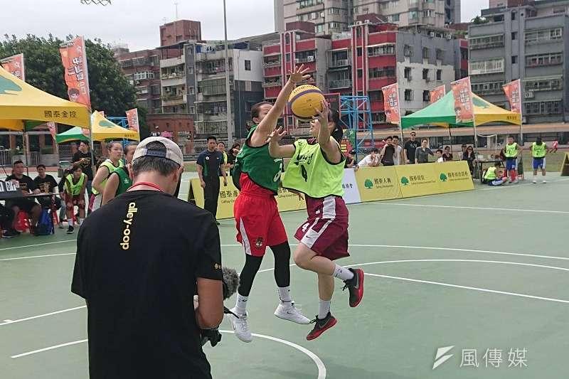 永仁高中(深綠球衣)在國泰青年節三對三邀請賽擊敗普門中學,奪下女子組冠軍。 (金茂勛攝)