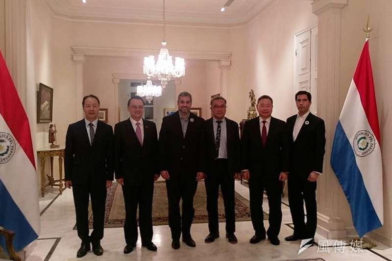 台糖公司董事長黃育徵(右三)與巴拉圭總統Mario Abdo Benítez(右四)等人合照。(圖/徐炳文攝)