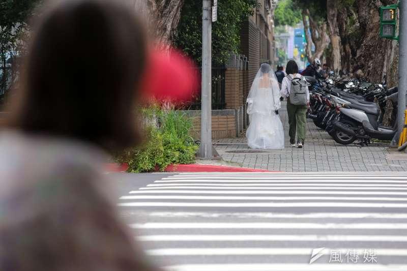 20190514-婚姻平權大平台14日舉行「婚權緊急動員令,5/14協商不能退」集會活動,現場有同志朋友穿著婚紗拍照後離去。(顏麟宇攝)