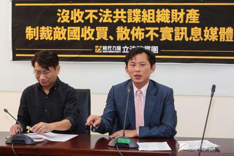 時代力量立委黃國昌(右)揭發走私菸案後,接下來竟是時代力量的分崩離析。(資料照片,顏麟宇攝)
