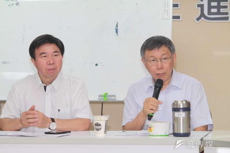 台北市長柯文哲(右)15日前往台北市議會民進黨團,說明優先法案與重大政策。(方炳超攝)