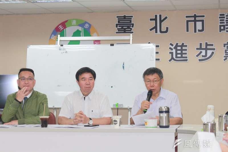 台北市長柯文哲(右一)15日前往民進黨台北市議會黨團,說明優先法案與重大政策。(方炳超攝)