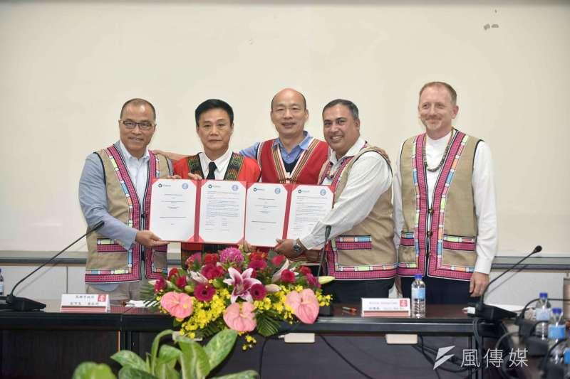 高市府在市長韓國瑜(中)、議長許崑源(左二)的見證下,與Winrock International公益基金會共同簽署備忘錄。(圖/徐炳文攝)