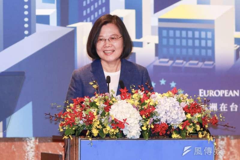總統蔡英文今(15)日出席歐洲商會(ECCT)所舉辦的歐洲日晚宴,致詞時表示台灣會持續與歐盟共同捍衛民主、自由,確保民眾知道真相,不受假訊息及獨裁政府顛覆。(簡必丞攝)