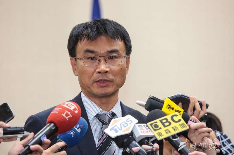農委會主委陳吉仲以自己父親為例,當初就是因噴灑巴拉刈,「噴到差點整個眼睛都挖掉」。(資料照,顏麟宇攝)