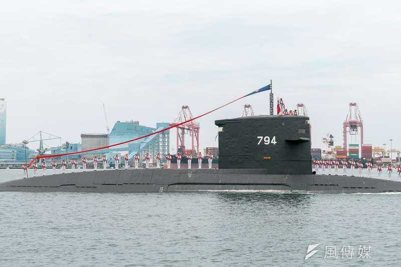 海軍現役4艘潛艦中,能夠擔負戰備的是荷蘭製劍龍級「海龍、海虎」,在潛艦國造廠房動土這天,海虎還特別進入台船公司水道向總統蔡英文致意。(取自總統府)