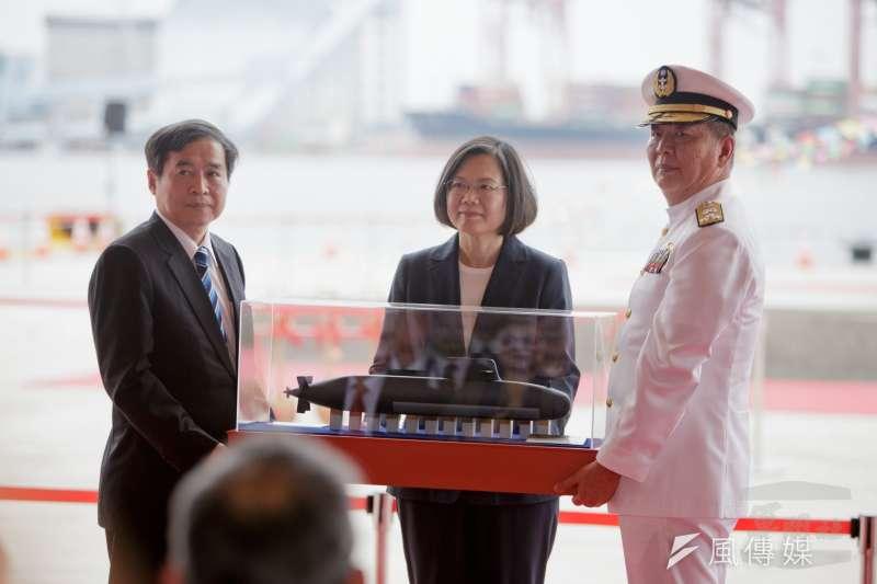 20190515-參謀總長李喜明上將今年年中屆齡退伍,潛艦國造政策推行是否能幫助海軍司令黃曙光上將在總長職務爭取上也能夠「推一把」,應在兩個月內會有答案。(取自軍聞社)