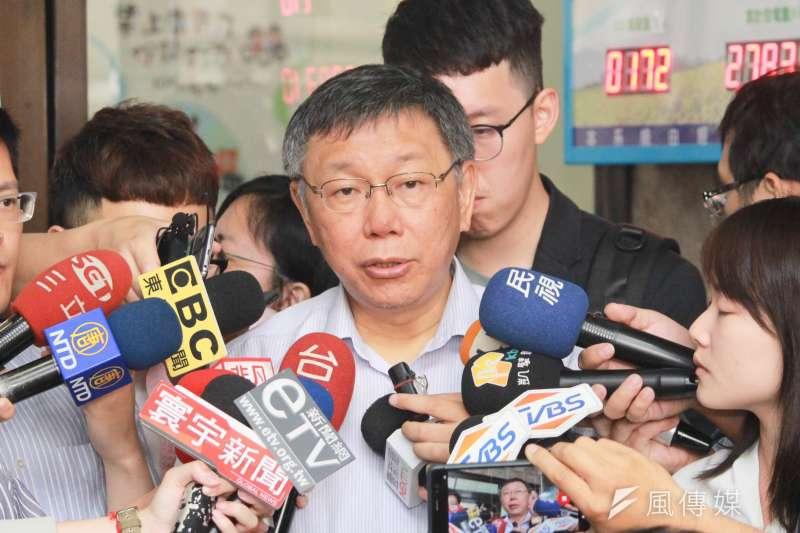台北市長柯文哲15日上午與大同區里長進行座談會,會前接受媒體聯訪。(方炳超攝)