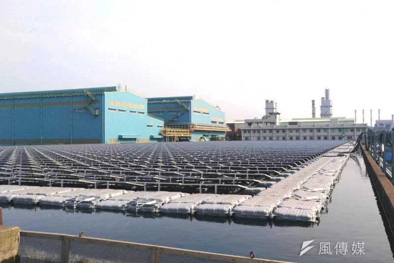 用電契約容量在5000瓩以上的用戶,必須在5年內透過自設、購電,或買憑證、代金等方式,使用10%的綠電。圖為中鋼廠區水面型太陽能光電系統。(資料照,徐炳文攝)