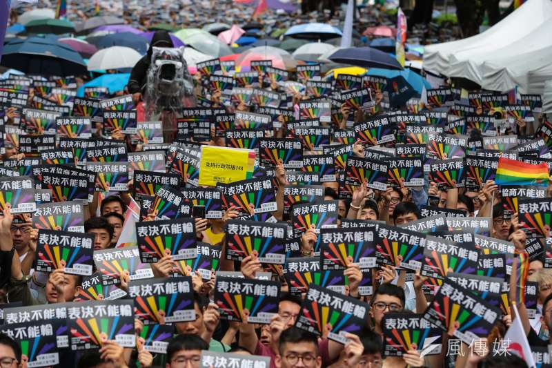 同婚專法17日在立法院表決,婚姻平權大平台與挺同人士17日於立院外舉行「婚權緊急動員令:表決不能輸」集會活動,現場聚集近3萬5千人。(顏麟宇攝)