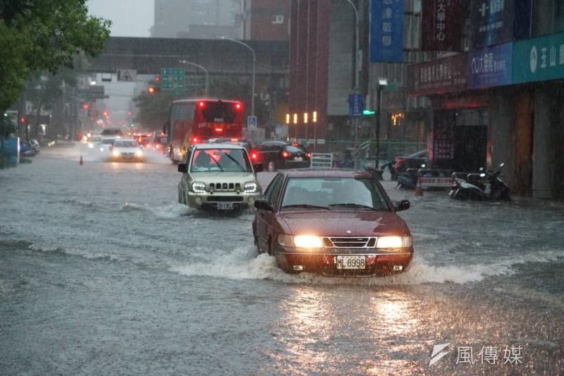 新竹縣、市17日因大豪雨,造成不少地方的地下道、路段嚴重淹水,新竹縣、市政府已採取封閉淹水路段等應變措施。(盧逸峰攝)