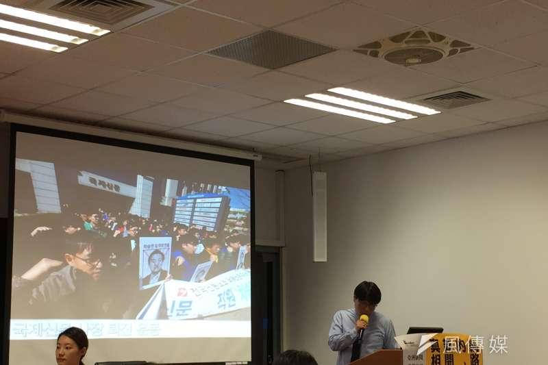 「韓國全國言論勞動組合」新聞自由委員會主席尹碩斌(右)分享南韓媒體改革運動的歷程。(鍾巧庭攝)