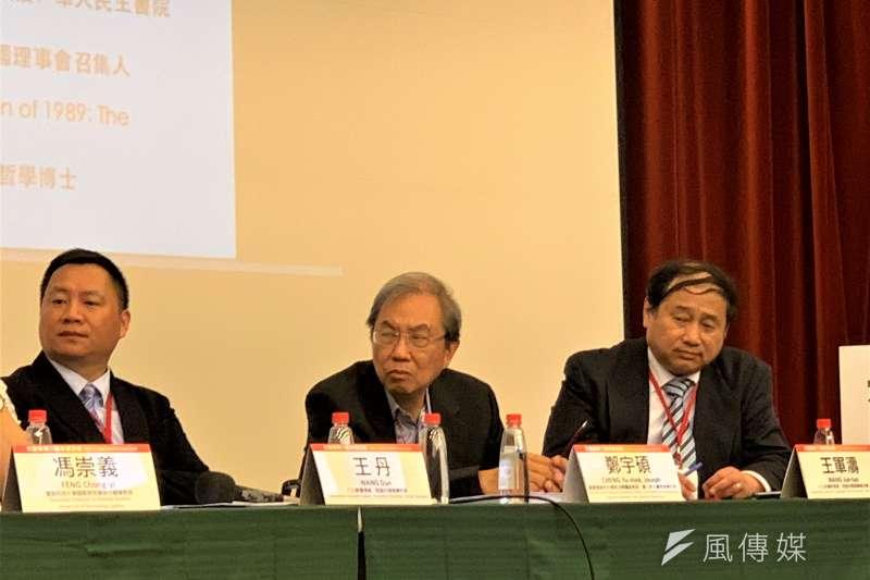 六四30周年:中國民運人士王丹(左)、王軍濤(右)和華人民主書院鄭宇碩(簡恒宇攝)