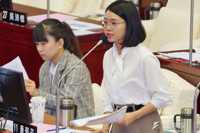 針對台北市議會國民黨團提出重陽敬老金自治條例,時力市議員黃郁芬建議,是否等影響評估出來後再付委,但議長仍交付。(資料照片,盧逸峰攝)