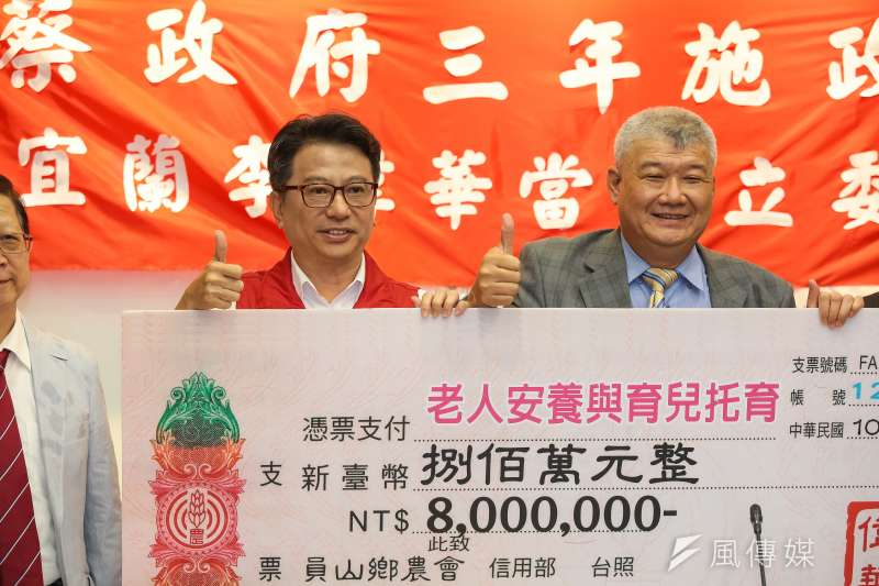 20190520-國民黨宜蘭縣立委初選候選人李偉華(左)20日出席台灣競爭理論壇記者會,宣布若當選立委將八百萬薪水全數捐出。(顏麟宇攝)