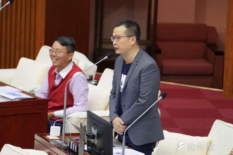 國民黨台北市議員羅智強(右)表示,台北市長柯文哲應學習鴻海董事長郭台銘的「正向思考」,並建議柯調整自己心態。(資料照,盧逸峰攝)