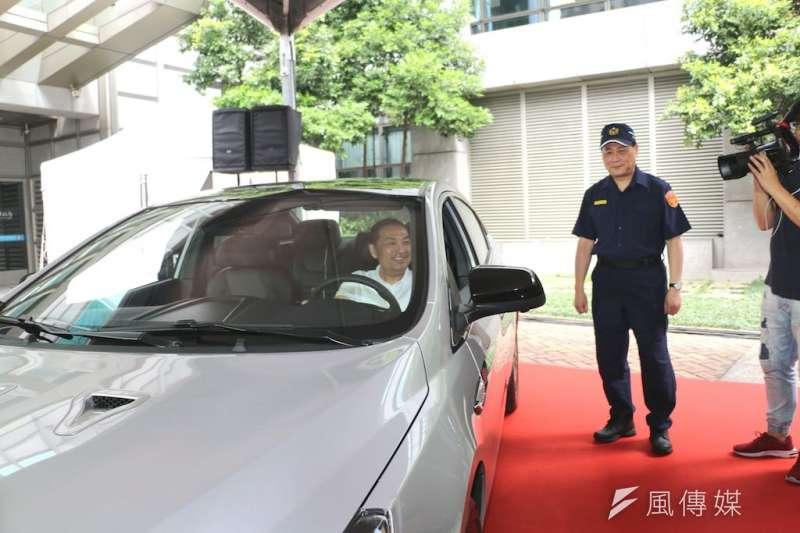 納智捷公司今(21)日捐贈2台最新S5 GT225汽車予新北市政府警察局作為偵防車使用,市長侯友宜也試坐體驗。(圖/李梅瑛攝)