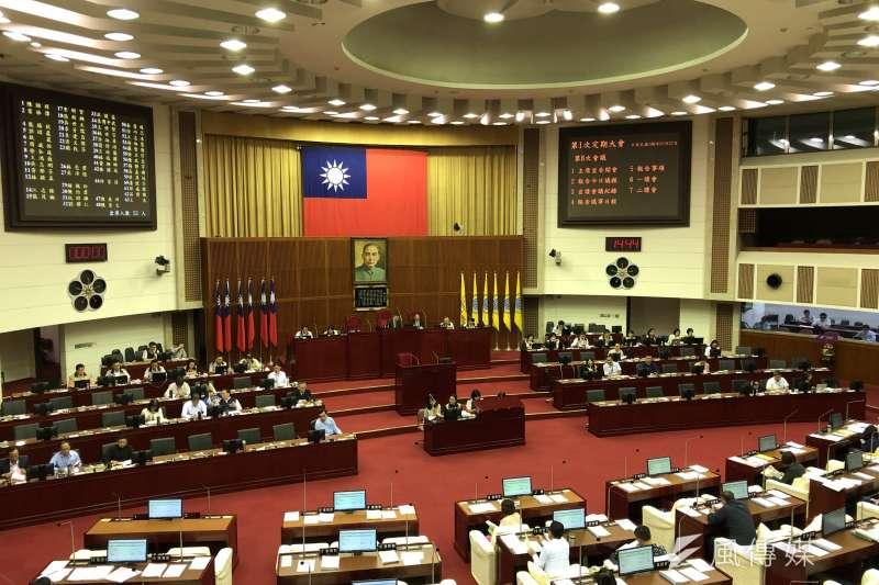 台北市議會22日下午做出決議,在台北市長柯文哲為「偷罵垃圾風波」道歉之前,拒絕柯文哲進行專案報告。(方炳超攝)