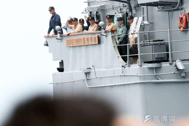 20190522-海軍22日進行東部海域戰備任務操演,採支隊編組方式實施,海軍司令黃曙光上將、副參謀總長劉志斌上將等人同艦視導演練。(蘇仲泓攝)