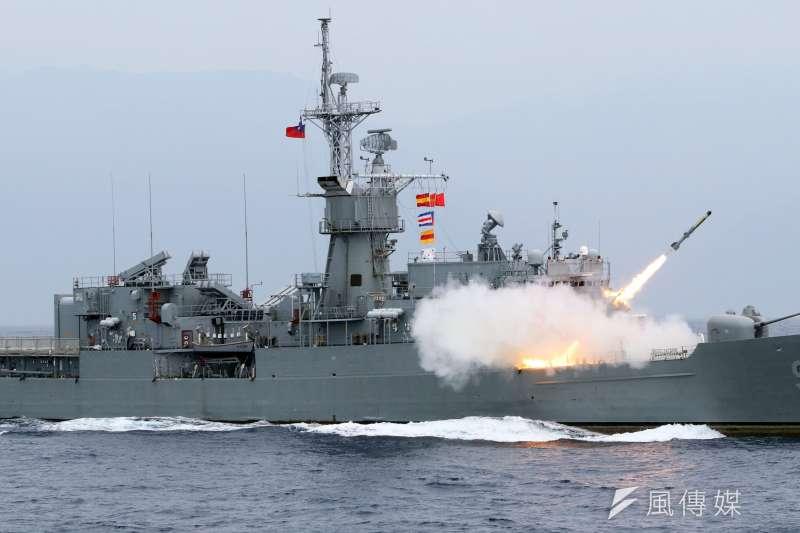 海軍22日進行東部海域戰備任務操演,採支隊編組方式實施。圖為發射反潛火箭的濟陽級艦。(蘇仲泓攝)