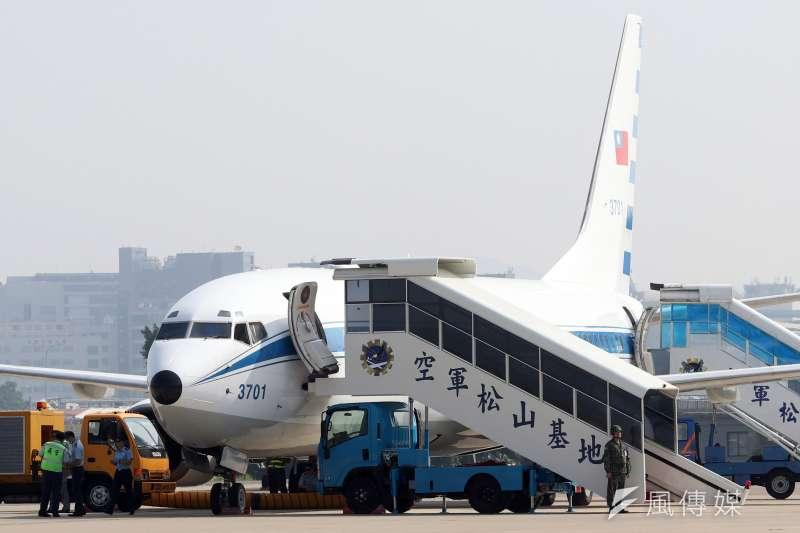 20190523-總統如有跨縣市行程,為避免交管擾民,可能會選擇搭乘空軍專機。這架737-800隸屬於空軍松指部座機隊,停放於台北松山機場內,未來如果有一天,總統離開台北到高雄辦公,飛機恐怕也得一併「南下」。(蘇仲泓攝)