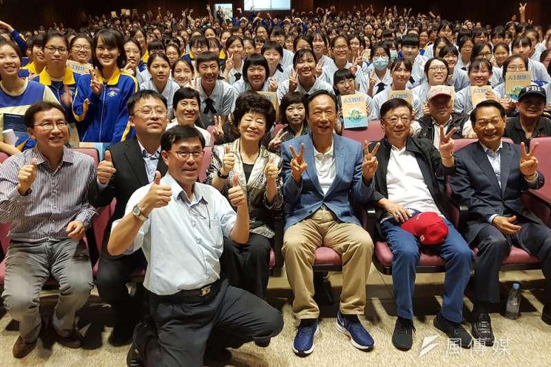 鴻海集團董事長郭台銘26日參加嘉義市座談會,與支持會面對面的互動。(資料照/方詠騰攝)