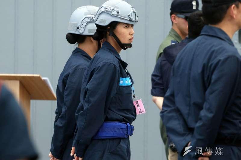 20190523-海軍今年起開始換發新式防護頭盔、操作服,讓官兵能在更安全的條件下於艦上服勤。(蘇仲泓攝)