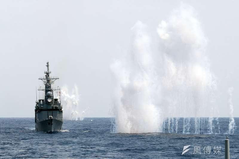 海軍22日進行戰備任務訓練,派出20艘各型船艦參與演練,包含空軍也出動22架次參與。圖為艦艇發射干擾彈,在艦身周邊形成金屬干擾絲,能對敵雷達產生干擾,降低飛彈攻擊風險。(蘇仲泓攝)